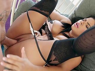 Лысый самец занимается чувственным и страстным сексом с великолепной латиной Sheila Ortega