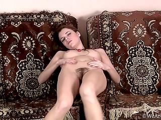 Пиздёночка требует потеребонькать её, и тёлочка идёт на поводу у своей ненасытной пиздёночки
