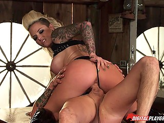 Well-known city whore Christy Mack spreads legs for a stranger who accidentally has walked into the bar