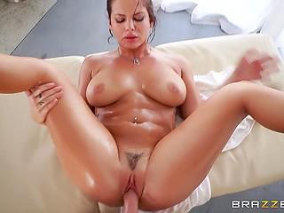 Самоуверенная клиентка не стала прикрывать интимные зоны, а массажист взял и трахнул её
