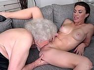 Шлюха знает, как довести старуху до оргазма без мужиков, и лижет волосатую киску старшей женщине