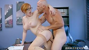 Рыжеволосая секретарша в очках Lauren Phillips теряет самообладание и шпилится с лысым начальником