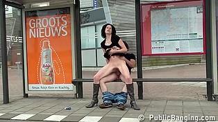 Ни стыда, ни совести - когда голландская брюнетка трахается на остановке посреди бела дня