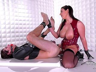 Госпожа в красном латексном корсете и чулках Angela White наказывает раба страпоном в задницу