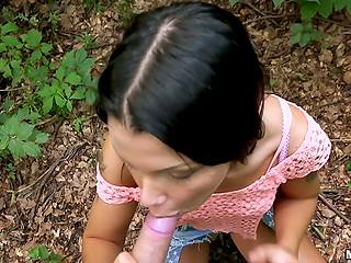 Черноволосая русская девушка с загорелым телом зарабатывает лёгкие денежки, сношаясь в лесу