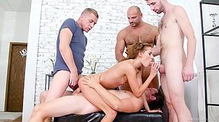Для малогрудой потаскушки дом - место, где она может заняться сексом сразу с четырьмя мужчинами
