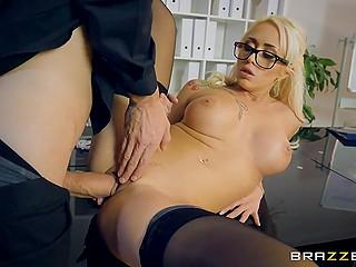 Мужик говорит с коллегами и одновременно раздевает бабу в очках, чтобы выебать её