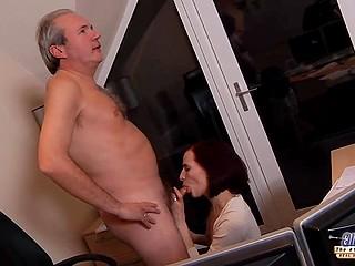 Старый начальник прерывает работу ради спонтанного секса с молодой секретаршей Leyla Smith