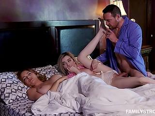 Блудник в синей пижаме наведывается в спальню, чтобы выебать падчерицу рядом со спящей женой