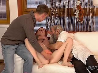 Рассерженный пацан наказывает пальцами рыжеволосую подругу за измену со старым отчимом