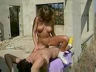 Шведская девушка с большой грудью занимается сексом в винтажном видео