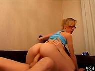 Française blonde pute donne fellation de folie de son amateur camarade dans la maison de la vidéo