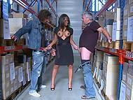 După negru șeful își dă seama că angajații nu se va lăsa-o în pace, ea expune sânii mari și le dă labe