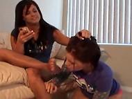 Девчонки-лесбиянки рапределили роли в паре так, что одна вылизывает ступни другой