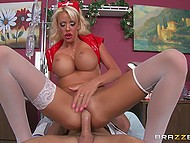 Blonda superba asistenta Courtney Taylor atrage chel doctor într-o aventură de neuitat