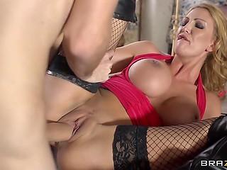 Роскошная блонда раздвигает ножки и впускает внушительный пенис в мокрую промежность