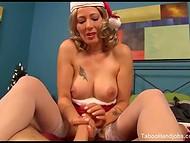 Booty Zoey Holloway föredrar att ge en riktigt bra avrunkning till sin vän på Julafton