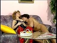 Två mogna kvinnor med stora bröst delta i riktigt allvarliga trekant anal åtgärder