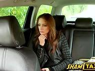 Очаровательная леди нежно отсасывает большой член водителя такси