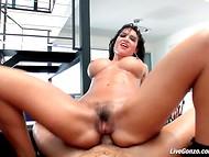 Υπέροχη μελαχρινή pornstar Franceska Τζέιμι δίνει deepthroat και παίρνει πρωκτικά διεισδύσει