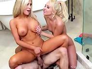 Deux blonde chaude poussins obtient bonked par une forte gars avec le tatouage dans la salle de bain