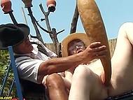 Волосатая пизда очкастой немки со шляпой радушно принимает внутри огромный предмет и пенис