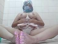 В глубине души арабская самочка - настоящая распутница, что видно по её мастурбации в ванной