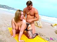 Британка в платье и чулках прогуливается по пляжу, на котором находит возможность поебаться