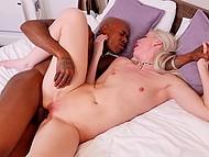 Лысый мулат спаривается на кровати со стройной светловолосой британкой Lexi Lou