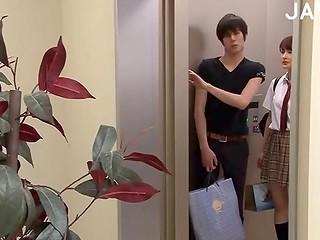 Жопастая японка была неосторожна, когда двери лифта закрывались