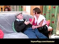 Bruneta coura gets banged podle francouzského tatínka jménem Voyeur Papy a mladý milenec