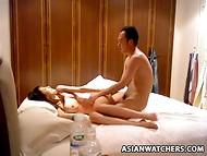 Entreprenant amateur Asiatique couple baise dans la chambre d'hôtel