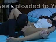 Les jeunes plunderer babe pris son sexy quartier MILF dormir seul dans la chambre à coucher