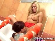 Noorte hotties kallistamine oma pisikeste pussies vannituba