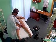 Доктор не имеет сертификата гинеколога, но с удовольствием заглядывает между ног пациентке