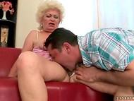 Сексуально озабоченный массажист делает старушкам кунилингус, как настоящий ювелир