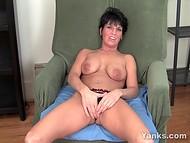Krátké vlasy Kassandra masturbuje její drahocenný pochvy dosažení potěšení v žádném okamžiku