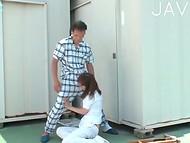 Bezkaunīgs Japāņu medmāsa prasa laiku off no darba jāšanās uz slimnīcas jumta ar pacientu