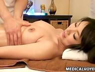 Masajista profesional presta mucha atención por cada centímetro de chica Japonesa de la piel