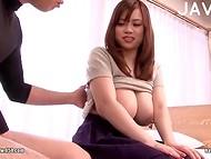 Tetona desde el Japón demuestra su gran ordeño pechos y estimula los pezones sensibles