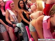 Kuum pidu, paar poisid ja hunnik perversne tüdrukud muutub massiline orgia