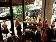 Великолепную блондинку публично унизили, связав и заставив ходить голой по оживленной улице
