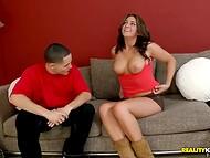 Makea latina poikasen viettelee hänen ystävänsä, osoittaa hänelle hänen pirteä tissit ja peppu