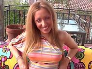 Hermosa rubia con hermoso naturales tetas se masturba en el balcón
