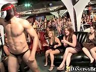 Toutes les filles dans le club a décidé de donner cette chance peau noire strip-teaseuse une pipe