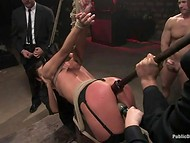 Meitene bija saistīts ar augšpusi uz leju uz griestiem, un mutiski fucked viņas BDSM skatuves