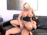 Seksikäs MILF, jättiläinen tissit ratsastaa pal kulli musta sohva porno kohtaus