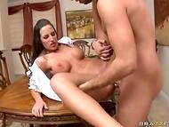 Pornstar avec de grandes ambitions appartenant à son partenaire sexuel d'action de maîtrise