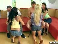 Два везучих парня были окружены вагинальным вниманием сразу трёх великолепных девиц