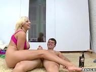 Glamuurne blond lady roosa pesu ammendanud ennast ja partnerit ajal suur soo tegutsema